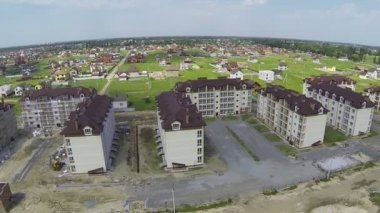 New building of  cottage town. Aerial lateral flight — Stockvideo