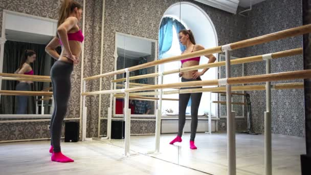 Process  of warm-up   girl dancer, training in  pole hall — Vidéo