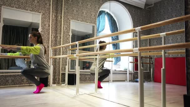 Young  girl dancer  warm up — Vídeo de stock