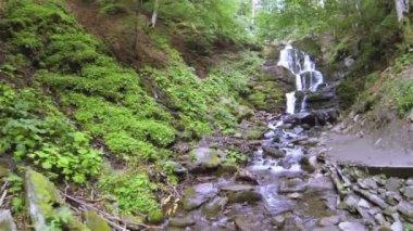 Sur le ruisseau de montagne avec chute d'eau à faible hauteur. Aerial volée arrière — Vidéo