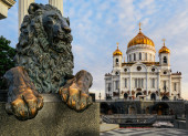 Bronze sculpture of lion and The Cathedral of Christ the Saviour — Stock Photo