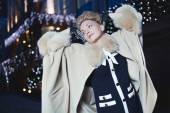 Elegant blond woman in retro style on a fall evening outdoors — Foto Stock