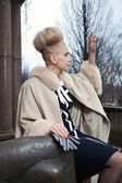 Elegant blond woman in retro style on the autumn street — Stockfoto