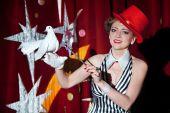 Circus goochelaar vrouw met een witte duif in haar hand — Stockfoto