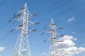 青い空を背景送電線 — ストック写真