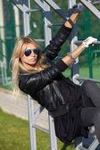 Привлекательная белокурая женщина участвовала в физических упражнениях — Стоковое фото