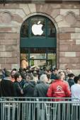 Apple Starts iPhone 6 Sales with customers waiting in front of t — Stock Photo