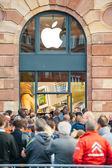 Apple Store - people waiting for product launch — Stock Photo
