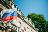 Federazione Russa bandiera sventola davanti al Consolato della Russia — Foto Stock