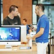 Apple genius selling first iPhone to customer — Stock Photo #78171314