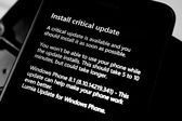 Install critical update on phone — Stock Photo