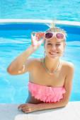 Entspannende trendy weiblich im pool — Stockfoto
