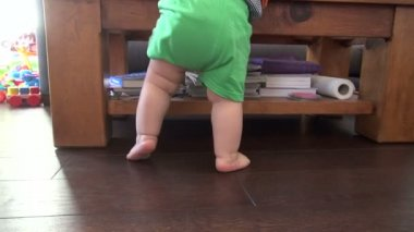 Back legs of standing baby — Stock Video