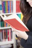Reading in library — Stock Photo
