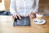 Kvinna med tabletten i café — Stockfoto