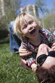 Happy baby and mom lying on grass — Stock fotografie