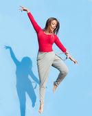 Tancerz kobieta skaczący w górze — Zdjęcie stockowe