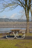 Picnic bench with a view Oregn parks. — Stock Photo