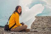 Resting beside an iceberg — Stock Photo