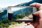 Smartphone-Handy-Foto auf Berglandschaft — Stockfoto