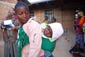 Bir anne çocuğunu geleneksel Afrika bez - tanzani — Stok fotoğraf