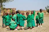 Il gioco di bambini dell'asilo del villaggio di Pomerini-Tanzania — Foto Stock