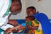 An unidentified child is subjected to HIV tests in the dispensar — Stock Photo