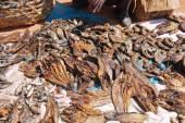 Sprzedawca ryb świeżych i suszonych na rynku Pomerini, Tanz — Zdjęcie stockowe