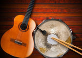 Acoustic Guitar and Old Snare Drum — Stock Photo
