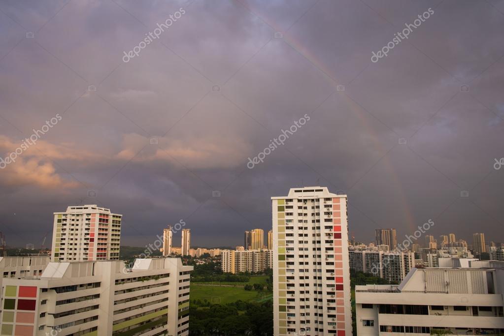 arco iris sobre edificios singapur u imagen de archivo