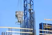 Kran lyft cement blandning behållare — Stockfoto