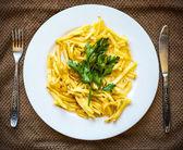 Skivad stekt potatis på vit platta till middag — Stockfoto