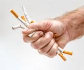 Puño de hombre fuerte con cigarrillos — Foto de Stock