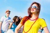 стильный молодая женщина в солнцезащитные очки — Стоковое фото