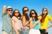 幸せな若い人々 のグループ — ストック写真