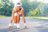 開始姿勢で立っている女性ランナー — ストック写真