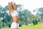 Sport woman in sunny park — Photo