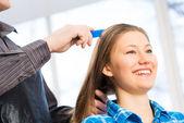 парикмахер и клиент — Стоковое фото