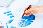 Hand pekar på ekonomisk tillväxt diagram — Stockfoto