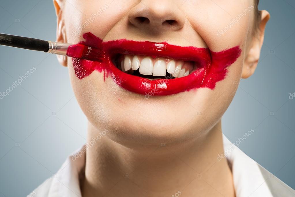 Последнюю проблему можно решить следующим образом: накрасив губы, возьмите палец в рот и проверните его, стирая