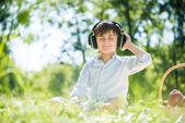Pojken njuter musik — Stockfoto