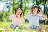 Kinderen genieten van muziek — Stockfoto