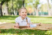 Mädchen im sommer park — Stockfoto
