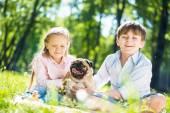 Kinder im park mit haustier — Stockfoto