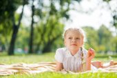 Girl enjoying summertime — Stock Photo