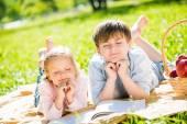 Kinderen op picnic — Stockfoto