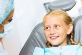Tandläkare inspekterande patienten — Stockfoto