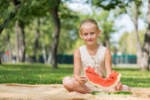 Karpuz dilimi ile çocuk — Stok fotoğraf