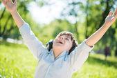 Наслаждаться музыкой мальчик — Стоковое фото