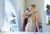 Costurera en estudio atelier — Foto de Stock